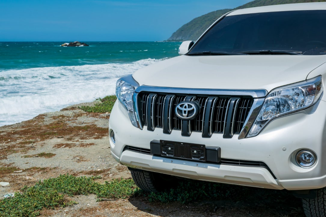 a land cruiser affected by the toyota recall in front of the ocean