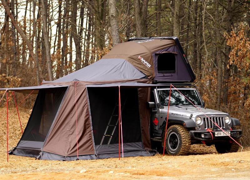 Jeep with tent on top if it