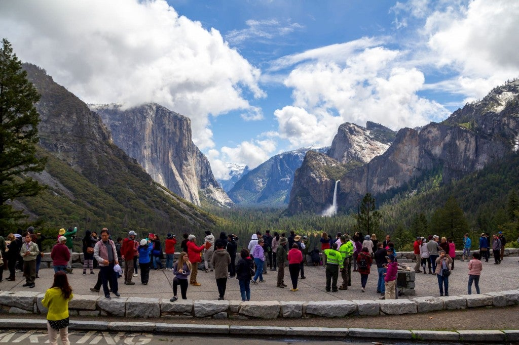 crowd at tunnel view in yosemite